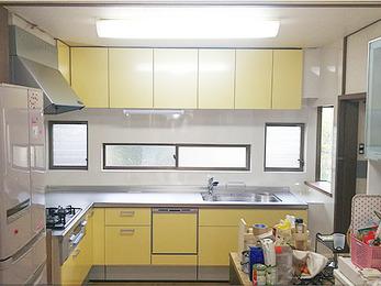 新しいキッチンはポップな印象の黄色で、空間が一気に華やいだようです。